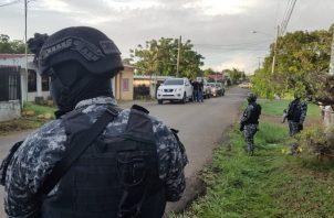 El comisionado Cicinio Nuñez, jefe de la cuarta zona policial, señala que los operativos se llevaron en algunos barrios del distrito de David y participaron unas 200 unidades.Foto/José Vásquez