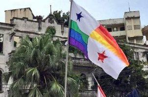 Bandera Nacional alterada con los colores representativos de la comunidad LGTB.