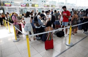En plena temporada veraniega en Europa, la huelga obligó a suspender 62 vuelos previstos para el sábado y la tromba de agua supuso la cancelación de otros 46 y el desvío de cinco a otros aeropuertos. FOTO/EFE