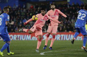 Luis Suárez remata a la portería del Getafe. Foto AP