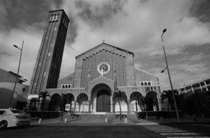Tres mujeres rezaban el rosario en la capilla del Santísimo Sacramento en la Basílica Don Bosco, cuando entró un joven, se paró al frente del Sagrario y les pidió dinero para comer, de modo amenazante. Foto: EFE.