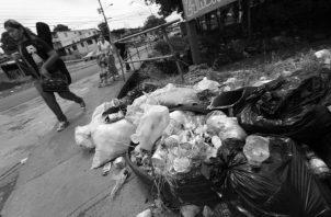 Al no recoger la basura, ponen en riesgo la salud de los ciudadanos y facilitan el alimento a las alimañas.