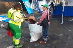 Más de 10 toneladdas diaria de basura recolectó la AAUD durante el Carnaval en la Cinta Costera. Foto/Jesús Simmons