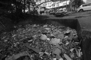No solo se arrojan desperdicios a los ríos, sino a las quebradas, zanjas y canales, lo que obstruye el paso del agua. Foto: Epasa.