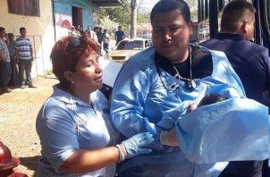 La pequeña fue revisada por un médico y los paramédicos de la ambulancia que llegó al lugar. Foto/Mayra Madrid
