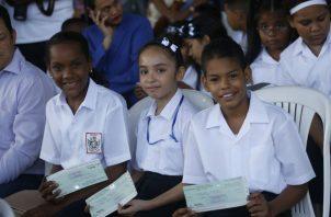 La Beca Universal actualmente beneficia a todos los estudiantes de escuelas públicas y de algunas colegios particulares.