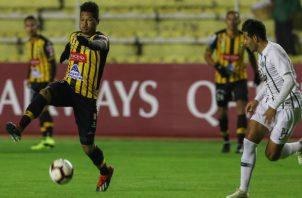 Rolando Blackburn (izq.) de The Strongest de Bolivia disputa el balón con Luis Cardozo de Libertad de Paraguay. Foto:EFE