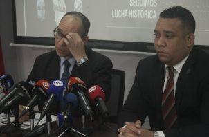 Los fiscales Aurelio Vásquez y Javier Cuadra encabezaron ayer una rueda de prensa del Ministerio Público sobre el caso Blue Apple.