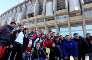 Aficionados Boca Juniors y River Plate se concentran en las inmediaciones del Santiago Bernabéu. Foto EFE