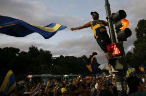 Hinchas de Boca Juniors despiden a Boca antes de viajar a España. Foto EFE