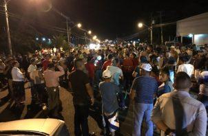 Los manifestantes llegaron hasta las inmediaciones del Tribunal Electoral de Changuinola. en rechazo a la reelección de Benicio Robinson. Foto/Mayra Madrid