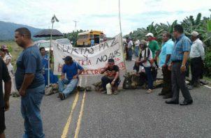 Indígenas molestos amarran a personal del Meduca en Bocas del Toro. Foto: Panamá América.