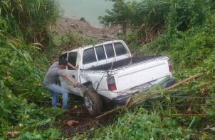 Una grúa procedió a sacar el vehículo del lugar del accidente registrado en Bocas del Toro.