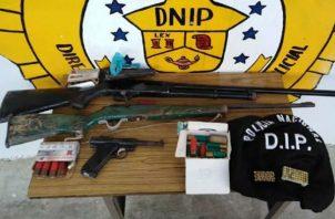Los primeros reportes las armas encontradas durante la diligencia no mantenían los permisos correspondientes.