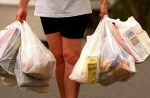 Bolsas reutilizables deben venderse a costo. Foto: Archivo