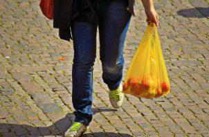 Los comerciantes tendrán que invertir más de 50 millones de dólares anuales para poder hacer cambios en el uso de bolsas plásticas. Archivo
