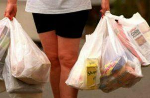 A los supermercados, farmacias y minoristas les restan solo seis meses para dejar de utilizar las tradicionales bolsas plásticas.