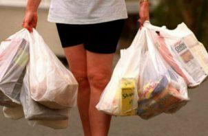 """La excepción a esta Ley, será """"cuando por cuestiones de asepsia las bolsas de polietileno deban ser utilizadas para contener alimentos o insumos húmedos elaborados o preelaborados. Foto/Archivo"""