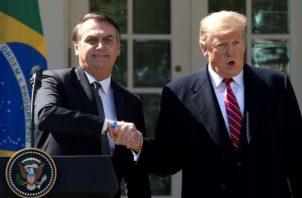 Donald Trump (d), estrecha la mano de su homólogo brasileño, Jair Bolsonaro (i), tras la reunión en la Casa Blanca, este martes en Washington. Foto: EFE.