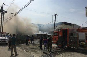 El incendió se originó en un caserón cerca de un hogar de ancianos. Foto/Diómedes Sánchez