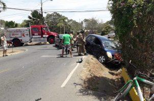 Los bomberos atendieron una colisión entre dos sedanes en Las Tablas, el sábado 20 de abril.