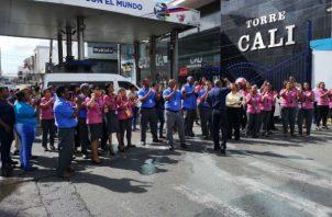 Los funcionarios de Aduanas realizan protestas como medida de presión.