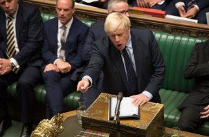 """El jefe de Gobierno, Boris Johnson, que ya no cuenta con una mayoría """"tory"""" en la cámara, respondió al golpe confirmando que tratará de convocar unas elecciones generales anticipadas si se consuma la aprobación de esa ley. FOTO/AP"""