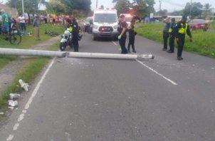 Chocó con el poste del tendido eléctrico y tres personas resultaron heridas. Foto/Eric Montenegro