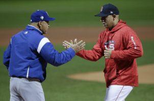 Dave Roberts piloto de los Dodgers (izq.) y Alex Cora de los Medias Rojas. Foto:AP