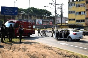 Un bombero en el vecindario de Guadalupe, en Río de Janeiro, Brasil, se lleva a un hombre herido cuando trataba de ayudar a una familia en un automóvil que fue baleado por miembros de las fuerzas armadas. FOTO/AP