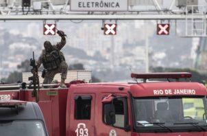 Un francotirador hace señas al culminar su labor durante el secuestro de un autobús en el puente Rio-Niterói. FOTO/EFE