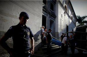 Agentes de policía están de guardia afuera de la Catedral Metropolitana de Campinas tras un tiroteo, en Campinas, estado de Sao Paulo. FOTO/EFE