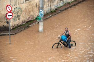 Un habitante camina por una calle afectada, tras las inundaciones producidas por un temporal en Sao Paulo. FOTO/EFE