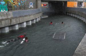 """Las inundaciones obligaron a los equipos de rescate a literalmente """"nadar"""" entre los túneles subterráneos para confirmar la presencia de víctimas o animales atrapados por escombros. FOTO/EFE"""