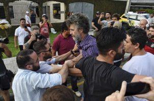 seguidores del expresidente Lula se enfrentan a un grupo de detractores en las inmediaciones de la cárcel de Curitiba. FOTO/AP
