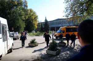 En Crimea, un estudiante mató a 18 personas con una bomba y un fusil  en un colegio de Kerch. EFE