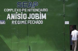 Foto de archivo que muestra a un hombre entrado a un centro carcelario en Manaus (Brasil). Foto: EFE.