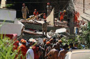 Bomberos trabajan en labores de búsqueda y rescate de las víctimas de los derrumbes de los edificios. Foto: EFE.
