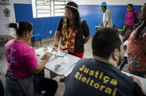 La indígena de la etnia Baré Ana Claudia Martins Tomas (2i),  vota en Río Negro. Foto: EFE.