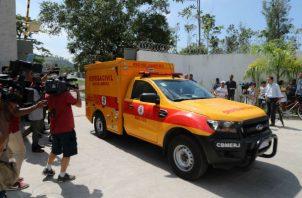 Los equipos de bomberos que acudieron al lugar consiguieron extinguir el incendio unas dos horas después y posteriormente trabajaron para evitar nuevos focos.