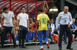 Neymar sale del partido Foto AP