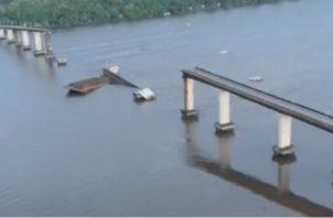 El conductor de la embarcación que originó el accidente fue socorrido y es buscado por las autoridades.