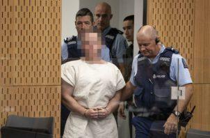 Brenton Harrison Tarrant (rostro pixelado) al entrar al tribunal. Foto: EFE.