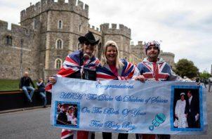 Los británicos expesaron su emoción en las calles.  AP / EFE