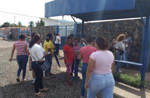 Los padres de familia están disgustados por esta situación y exigen una explicación de la directora del plantel. Foto/José Vásquez