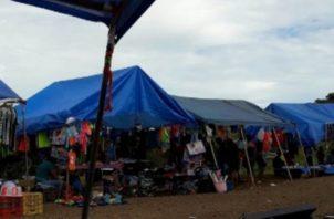 Los pequeños comerciantes denunciaron que en los últimos meses mantienen algunas diferencias con un grupo de indígenas que han iniciado esta actividad y buscan prohibirles la entrada a la comarca. Foto/José Vásquez
