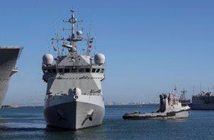 """Vista del buque de la Armada española Audaz, que inició una travesía desde Rota (Cádiz) hacia la isla italiana de Lampedusa para hacerse """"cargo de las personas acogidas"""" en el Open Arms y acompañar al barco al puerto de Palma de Mallorca. FOTO/EFE"""