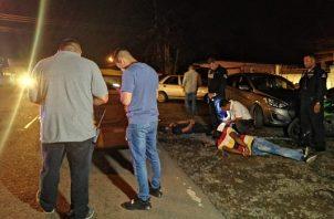 Dentro del vehículo, funcionarios del Ministerio Publico (MP) ubicaron un arma de pelex y otras evidencias. Foto/Eric Montenegro