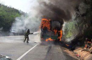El bus de la ruta Panamá-Colón se incendió a la altura de Mocambo, con destino hacia el centro de Panamá.