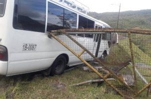 Durante el choque con el objeto fijo, tres personas que viajaban resultaron con algunos golpes, mientras que el resto de los pasajeros pasó el gran susto de sus vidas. Foto/Mayra Madrid